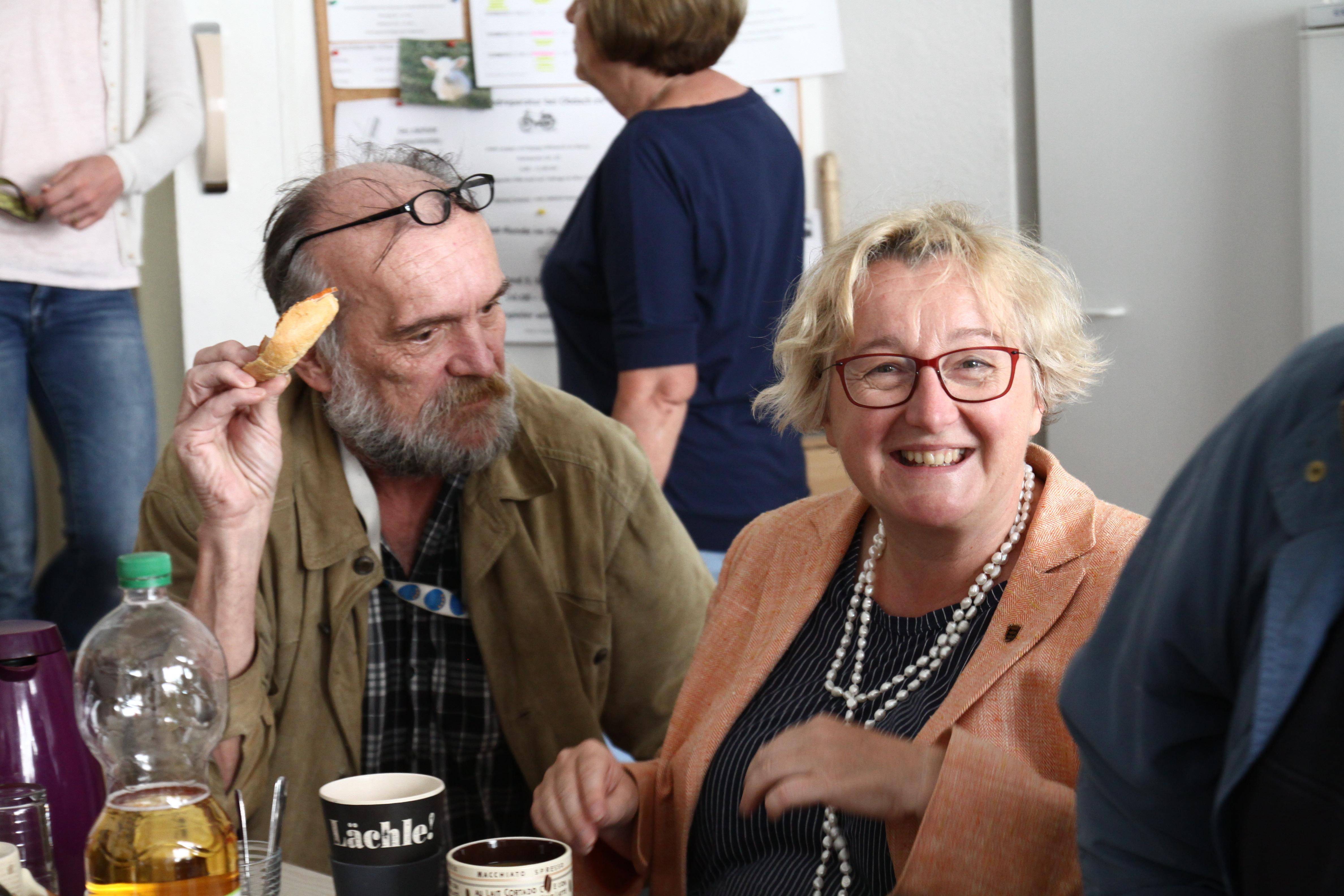 Theresia Bauer zu Besuch im Frühstücks-Treff